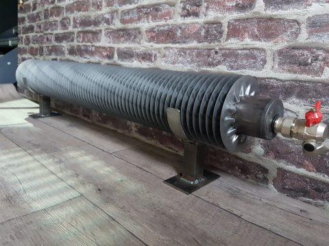 TUBE AILETTES Le radiateur tube ailettes Style LOFT pour votre chauffage central. Le radiateur industriel, la pureté d'un tube rond équipé de fines ailettes en acier brut.